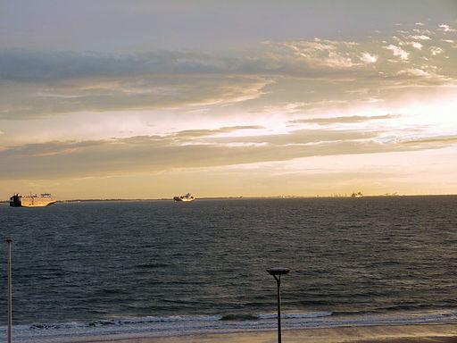 Zonsondergang op 26 augustus. In de verte ziet u de kranen van Zeebrugge.